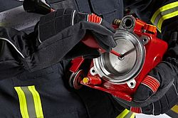 Protective gloves SAFE GRIP 3 in use - Rosenbauer