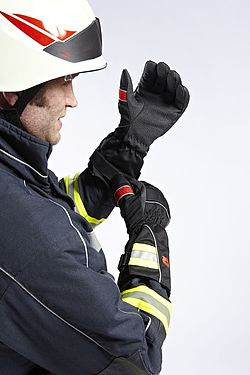 Firefighter puts on gloves - Rosenbauer