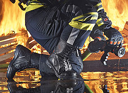 Protective boots that perfectly fit - Rosenbauer