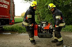 Two firemen carrying BEAVER fire pump - Rosenbauer