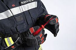 Protective gloves with screwdriver in hand - Rosenbauer